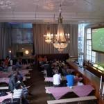 戦前のホテルで観戦するワールドカップ